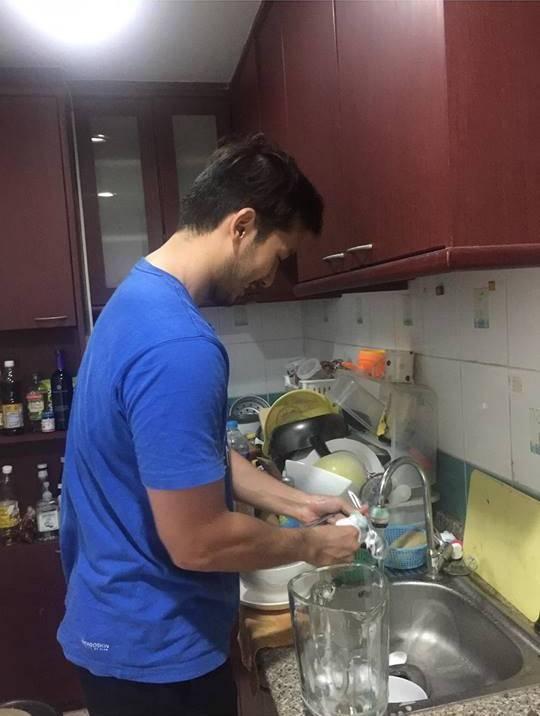 Anh chàng chăm chỉ rửa bát...(Ảnh: Internet)