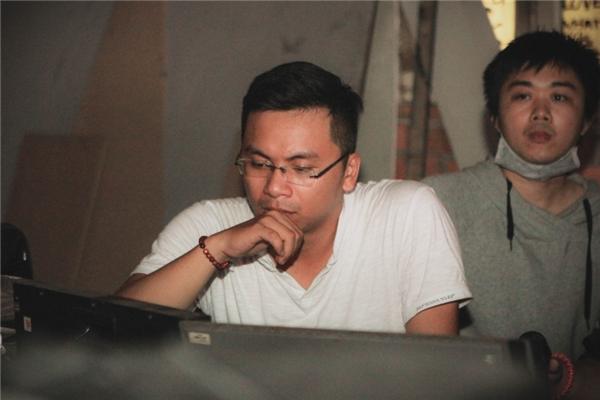 Đạo diễn Phan Lên đang tập trung cho một cảnh quay. - Tin sao Viet - Tin tuc sao Viet - Scandal sao Viet - Tin tuc cua Sao - Tin cua Sao