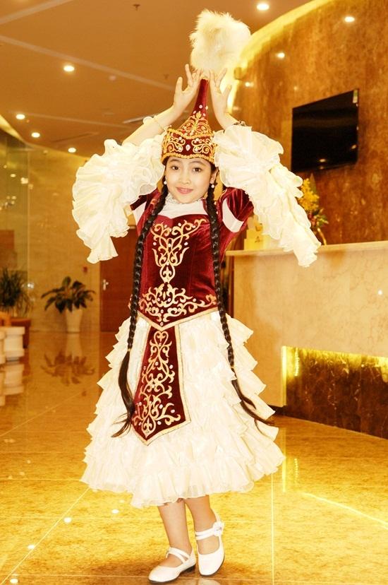 Hồng Minh xinhxắn trong trang phục truyền thống. - Tin sao Viet - Tin tuc sao Viet - Scandal sao Viet - Tin tuc cua Sao - Tin cua Sao