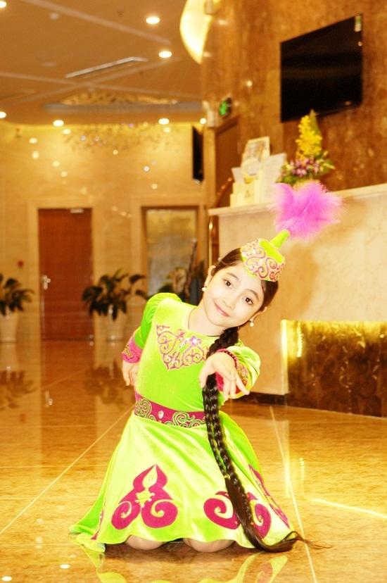 """Đâylà lần đầu tiên biểu diễn trên một sân khấu hoành tráng của """"công chúa tóc mây""""Hồng Minh – quán quân Giọng hát Việt nhí 2015. - Tin sao Viet - Tin tuc sao Viet - Scandal sao Viet - Tin tuc cua Sao - Tin cua Sao"""