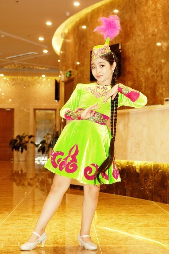 """""""Công chúa nhỏ"""" biểu diễn một vài động tác múa duyên dáng. - Tin sao Viet - Tin tuc sao Viet - Scandal sao Viet - Tin tuc cua Sao - Tin cua Sao"""