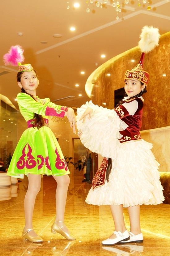 Được các bạn nhỏ quốc tế giới thiệu trang phục dân tộc, Hồng Minh tỏ ra vô cùng thích thú và ngỏ ý xin mặc thử. - Tin sao Viet - Tin tuc sao Viet - Scandal sao Viet - Tin tuc cua Sao - Tin cua Sao