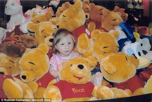 """Cô bé đang """"chìm"""" trong """"biển gấu Pooh"""" lúc 2 tuổi rưỡi.(Nguồn: Daily)"""