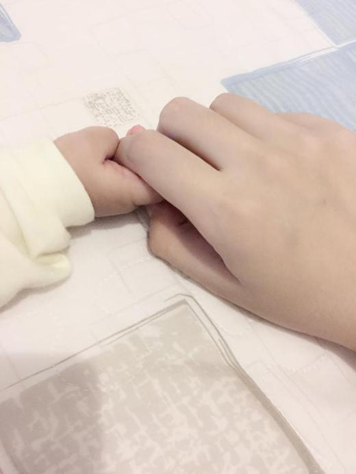Hình ảnh hai mẹ con nắm tay nhauđược Huyền Lizze đăng tải cách đây không lâu. - Tin sao Viet - Tin tuc sao Viet - Scandal sao Viet - Tin tuc cua Sao - Tin cua Sao