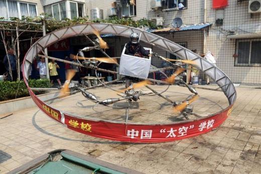 """Đây là chiếc """"đĩa bay"""" có một không hai với 8 động cơ và dài 4m, có thể bay 30 giây ở độ cao 2m. Nó được sáng chế bởi một nông dân ở Hồ Bắc.(Ảnh: Internet)"""