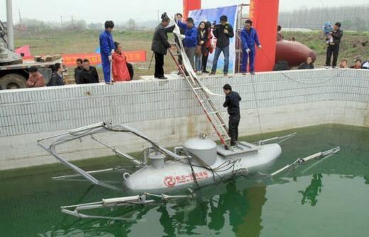 Đây là một trong những chiếc tàu ngầm do anh Zhang Wuyi, sống tại thành phố Vũ Hán, tỉnh Hồ Bắc, Trung Quốc chế tạo. Bắt đầu với niềm đam mê từ 2008, đến nay Zhang đã có trong tay hàng chục phiên bản tàu ngầm khác nhau. (Ảnh: Internet)