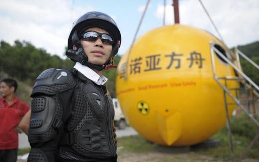 Quả cầu trú ẩn cho tận thếnày được thiết kế bởi doanh nhân Yang Zongfuở tỉnh Chiết Giang. Nó có thể chứađược 3 người, chịu lực va chạm 350 tấn cùngnhiệt độ lên tới 1.700 độ C. (Ảnh: Internet)
