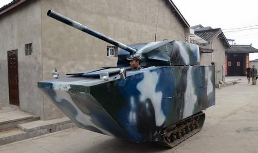 Khi con trai khóc lóc vì chiếc xe tăng đồ chơi bị hư, anh Jian Lin, 31 tuổi, là một cựu quân nhân đã nảy ra ý tưởng tự chế tạo phiên bản tương tự nhưng có thể đi được. Cuối cùng, Lin đã thành công và hình dạng chiếc xe như chúng ta thấy trong hình. (Ảnh: Internet)