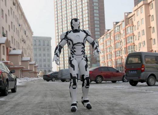 Ma Qiang là một công nhân ở Cát Lâm. Bên cạnh việc lái máy xúc, anh còn có đam mê với siêu nhân. Đây là hình ảnh về bộ trang phục Iron Man do anh chế tạo. (Ảnh: Internet)