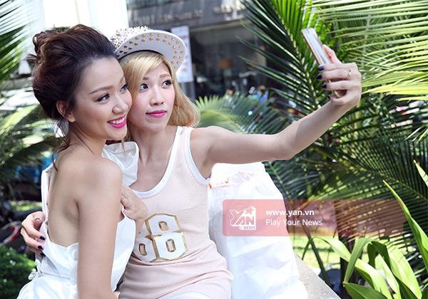 Không bỏ qua những khoảng thời gian trống để selfie. - Tin sao Viet - Tin tuc sao Viet - Scandal sao Viet - Tin tuc cua Sao - Tin cua Sao