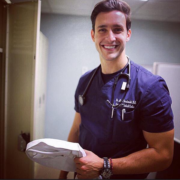 """Vẻ ngoài điển trai, nam tính cùng nụ cười ấm áp của chàng bác sĩ có thể """"đốn gục"""" trái tim phái nữ ngay từ cái nhìn đầu tiên. (Ảnh: Internet)"""