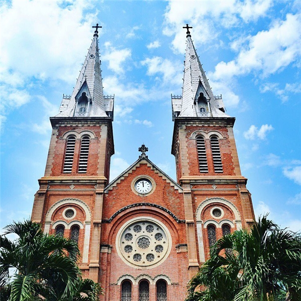 Trải qua hơn 100 năm và 3 thế kỉ, nhà thờ Đức Bà Sài Gòn vẫn giữ được nét duyên dáng và quyến rũ đậm chất Âu.(Ảnh: IG @cynera)