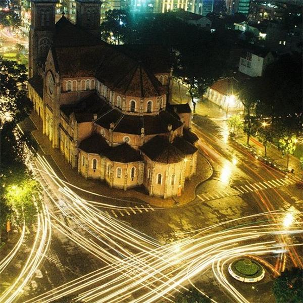 Nhà thờ Đức Bà khoác lên mình chiếc áo lấp lánh mỗi khi đêm về.(Ảnh: IG @kdinhnhut)