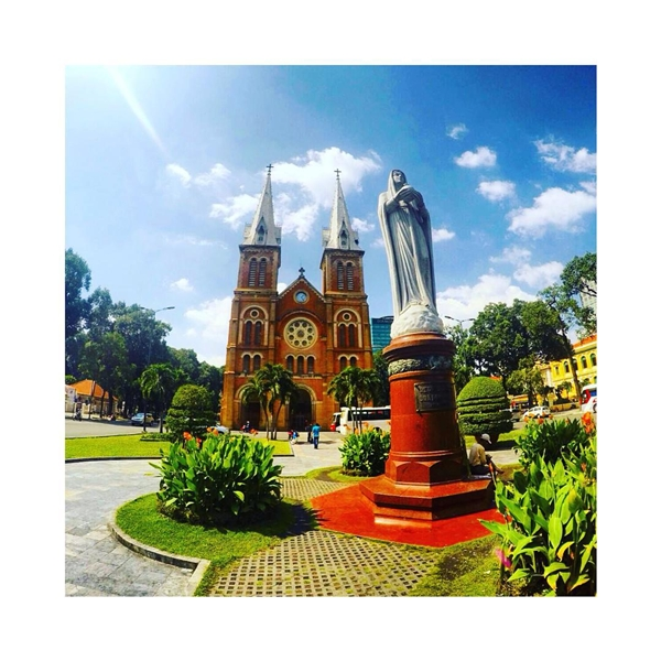 Bức tượng Đức Mẹ Hòa Bình đặt ở trung tâm vườn hoa phía trước nhà thờ do nhà điêu khắc G. Ciocchetti thực hiện năm 1959 tại Ý.(Ảnh: IG @laurenjadetay)