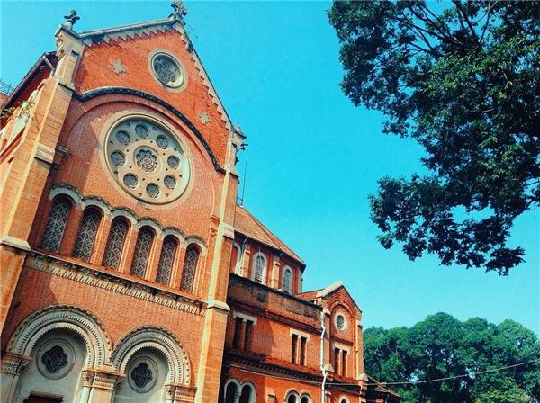Sớm mainắng nhẹ rực rỡ, bầu trời xanh ngắt không gợn mây làm nổi bật tường gạch ửng hồng của nhà thờ Đức Bà là hình ảnh mà những người con Sài Gòn không thể nào quên dù đi xa.(Ảnh: IG @minmonkeyy)