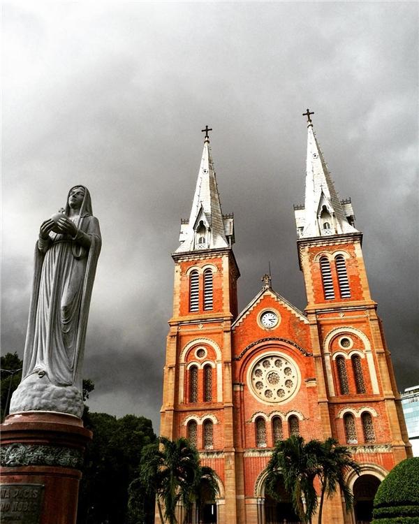 Và đột nhiên mây mù kéo đến, nhà thờ Đức Bà chợt mang vẻ oai nghiêm mà lộng lẫy.(Ảnh: IG @oljatcvetkova)