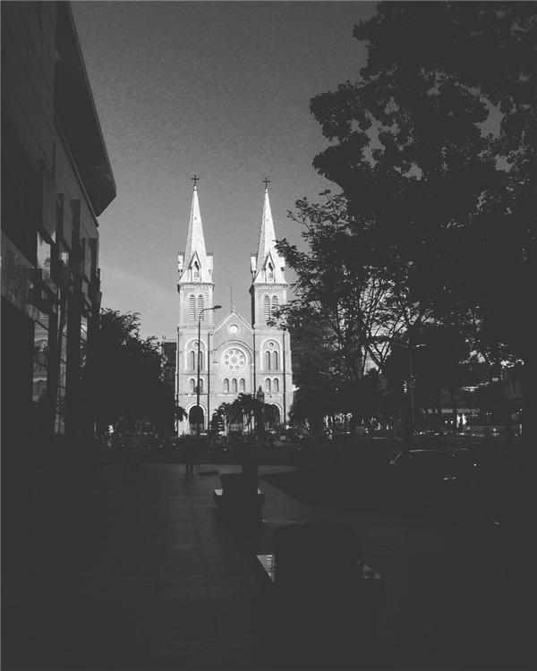 Với tông màu trắng đen, nhà thờ Đức Bà chợt quay về một thời xưa cũ.(Ảnh: IG @simstreetbenz)