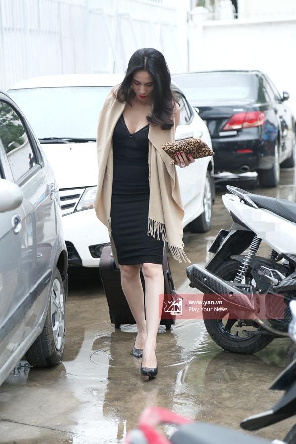 Vì trời mưa nên nữ ca sĩ khá khó khăn khi di chuyển. - Tin sao Viet - Tin tuc sao Viet - Scandal sao Viet - Tin tuc cua Sao - Tin cua Sao