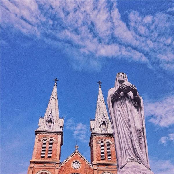 Nhà thờ là một công trình đặc biệt, không có hàng rào hay khuôn viên bao quanh. Vì thế, đâylà điểm nhấn trong không gian đô thị và có góc nhìn đẹp từ mọi phía.(Ảnh: IG @vanthuyquynh)