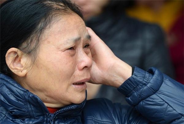 Nhiều người khóc thương cho các nạn nhân xấu số. Ảnh: Zing