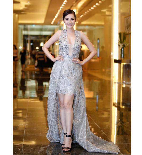 Tham dự một sự kiện thời trang tại Thủ đô Hà Nội, Trúc Diễmdiện bộ váy thực hiện trên nền chất liệu ren, ánh kim nổi bật. Tuy nhiên, những đường cắt hay dựng phom của thiết kế không tinh tế khiến Trúc Diễm kém sang trọng.