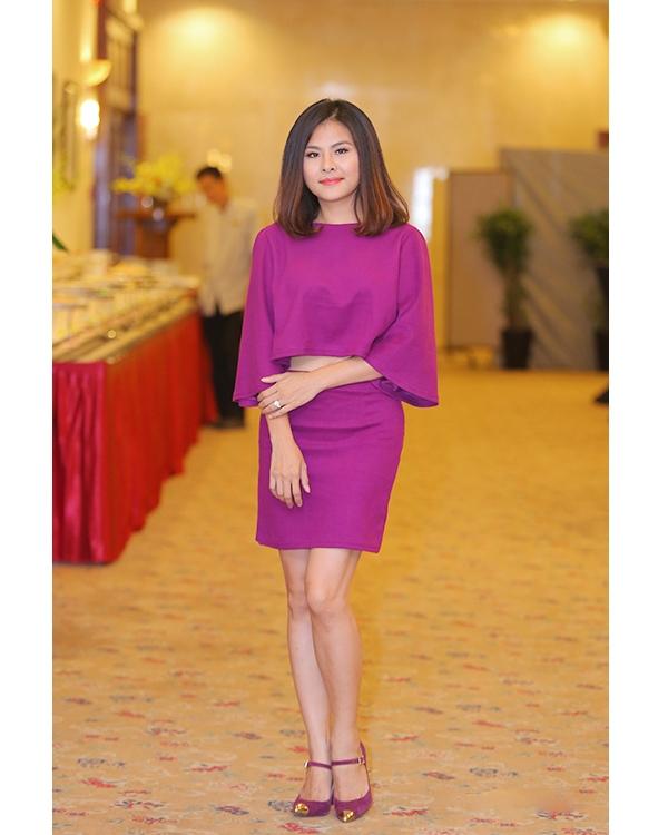 Thời gian gần đây, nữ diễn viên xinh đẹp Vân Trang hiếm khi tham dự các sự kiện trong làng giải trí Việt. Vừa qua, cô bất ngờ tái xuất với vẻ ngoài được trau chuốt hơn. Dù cố gắng tạo ra sự đồng điệu giữa trang phục cùng phụ kiện nhưng chính sắc tím khiến cô trông già nua, lỗi mốt.