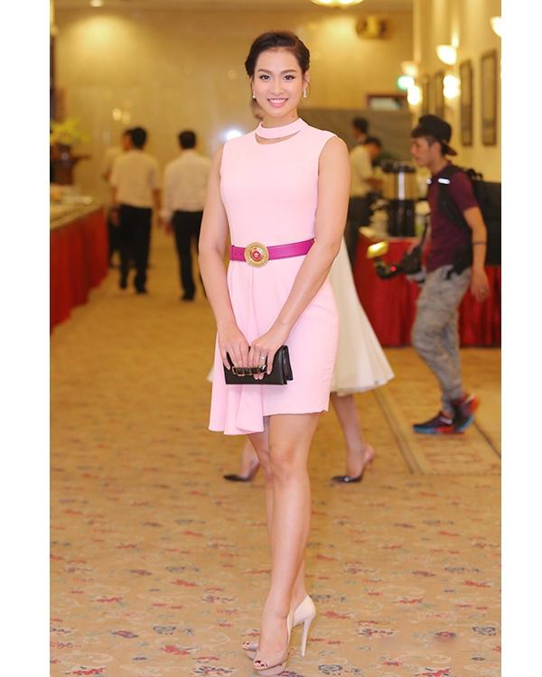 Bộ váy hồng có cấu trúc bất đối xứng của Giải vàng Siêu mẫu Việt Nam 2011 Vương Thu Phương sẽ trông ổn hơn nếu không có chiếc thắt lưng to bản tông tím đi kèm.