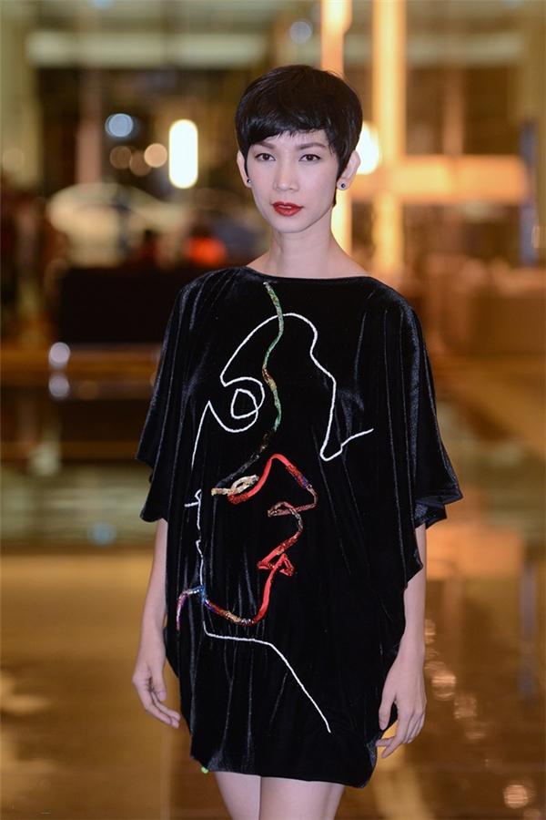 Siêu mẫu Xuân Lan cũng không thực sự ghi điểm trong chiếc váy có phom lạ được thực hiện trên nền chất liệu nhung cổ điển.