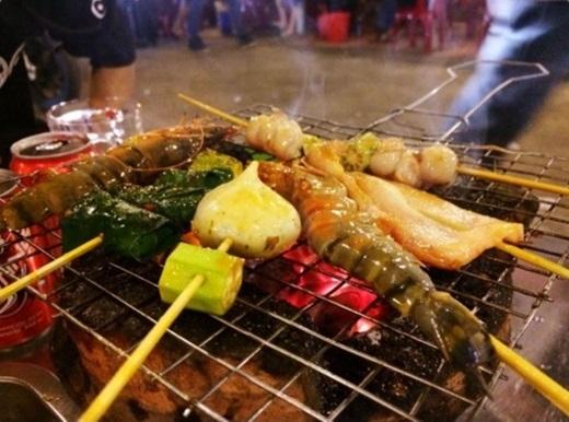 Xiên nướng ở Tạ Quang Bửu luôn đông khách nhờ vào nguyên liệu tươi, sạch và tẩm ướp gia vị vừa miệng.(Ảnh: Internet)