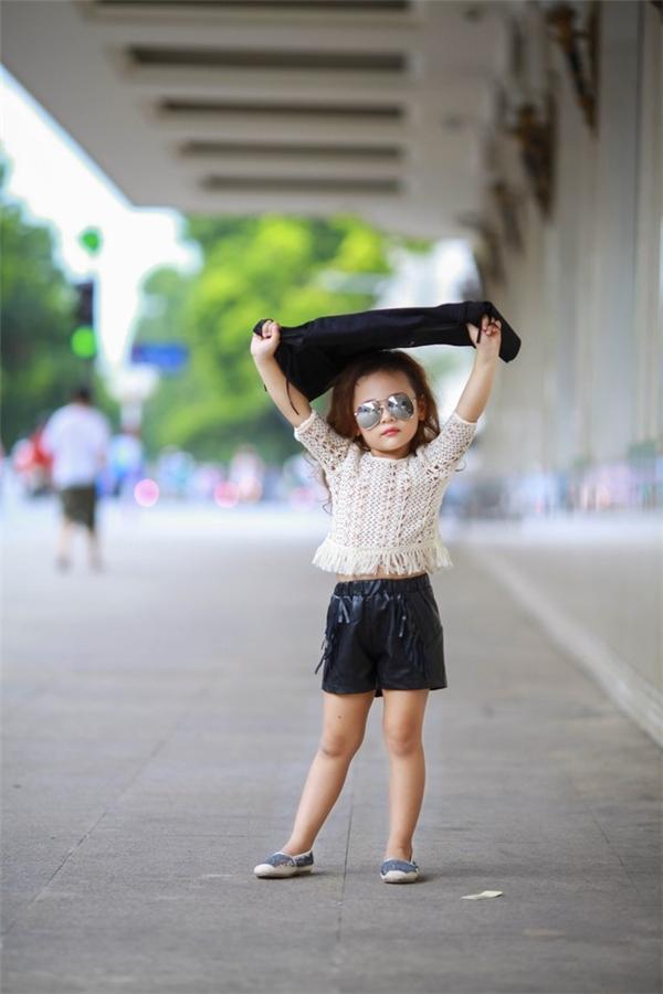 Cô bé còn sở hữu phong cách thời trang cực thời thượng khiến nhiều người phải ngạc nhiên. (Ảnh:Internet)