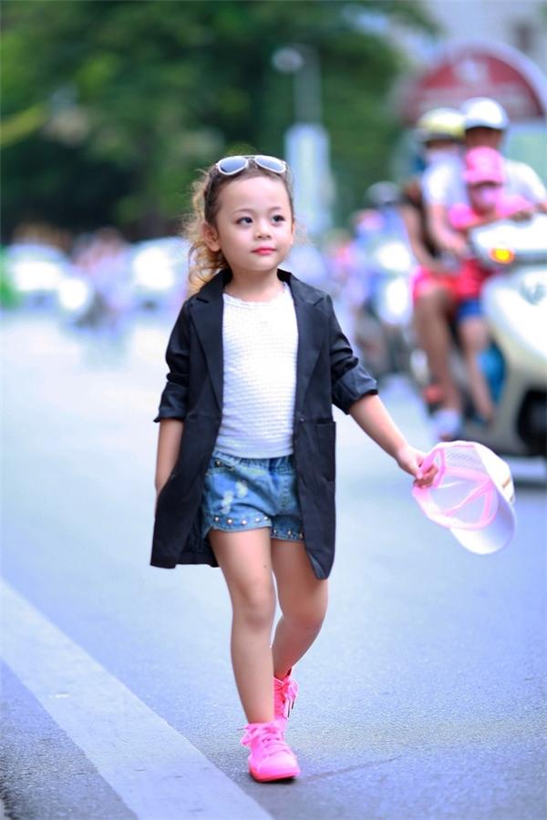 Tuy mới 5 tuổi nhưng Nam Phương luôn mạnh dạn thể hiện như một người mẫu thực thụ. (Ảnh:Internet)