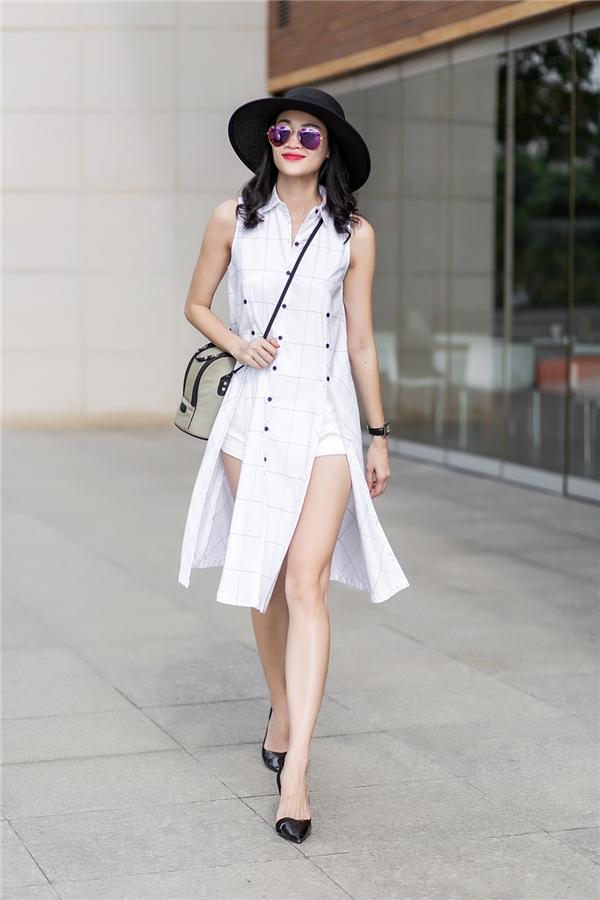 Cách diện cùng quần short giúp các cô gái trở nên năng động, cá tính, trẻ trung hơn. Đừng quên mang theo những phụ kiện nhưtúi đeo chéo, mắt kính mặt gương hay mũ fedora nhé!