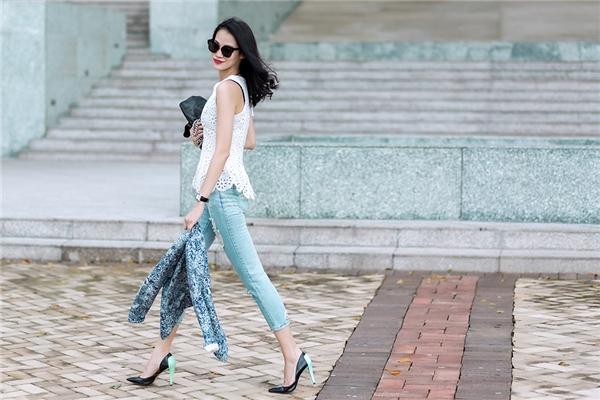 """Chiếc quần jeans cổ điển nay đã bớt đơn điệu hơn khi """"ghép đôi"""" cùng áo không tay được thực hiện trên nền chất liệu ren lưới mắt to gợi cảm, hiện đại. Để mang bộ trang phục này đến công sở, các cô nàng chỉ cần diện thêm áo vest hoa bên ngoài vừa điệu đà nhưng không kém phần thanh lịch."""