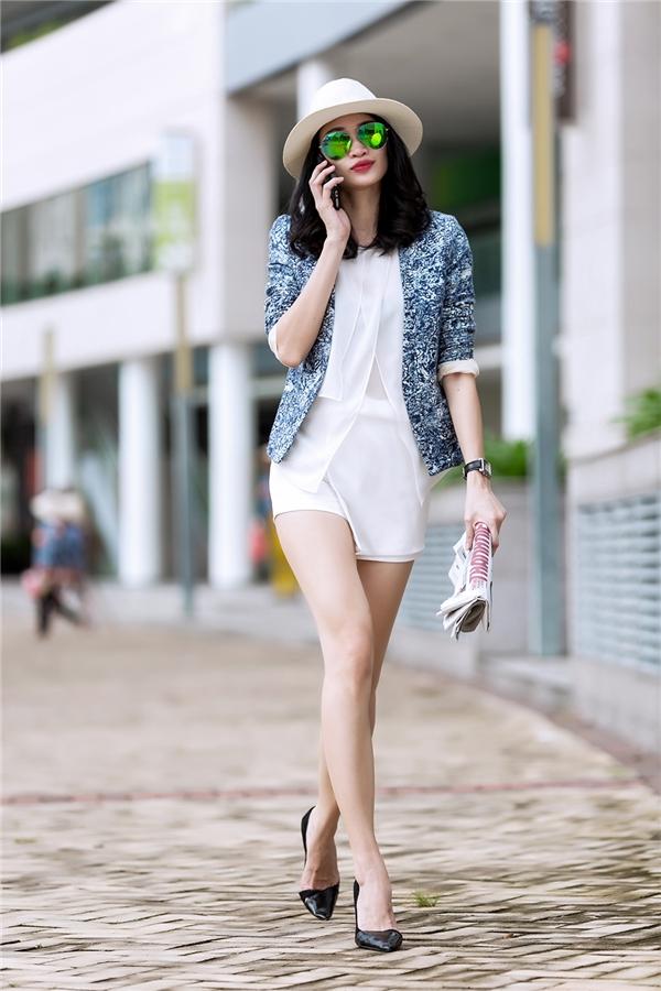 Những hoa văn cầu kì cùng gam màu xanh lam cổ điển của chiếc áo vest vừa dung hòa vừa giúp bộ trang phục tông trắng bên trong nổi bật lên hẳn. Kiểu phối hợp trang phục nhiều lớp được phái đẹp khá ưa chuộng trong mùa mốt Thu - Đông.