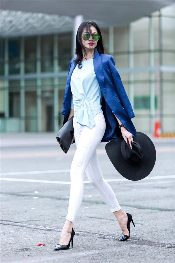 Với những cô nàng yêu thích vẻ ngoài cổ điển, thanh lịch nhưng lại pha chút hiện đại thì bộ trang phục kết hợp giữa vest, áo gấp li cùng quần legging sẽ là một gợi ý khó chối từ. Dù diện đến nơi công sở hay cà phê, dạo phố cùng bạn bè thì chắc chắn các cô nàng vẫn trở thành tâm điểm.