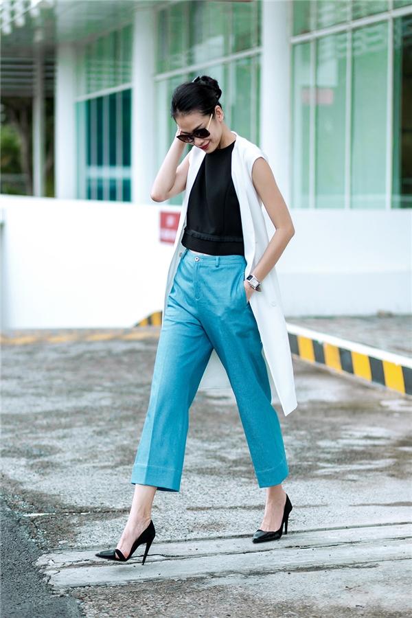 Sắc xanh thiên thanh của chiếc quần culottes ống suông mang đến vẻ ngoài nhẹ nhàng, sang trọng cho phái đẹp ở độ tuổi đôi mươi. Sự kết hợp cùng áo hở eo và áo khoác dáng dài bên ngoài càng thể hiện rõ nét âm hưởng của thời trang những ngày trở lạnh.