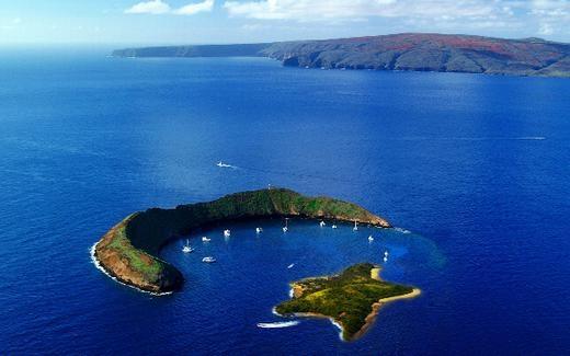Bạn có thể tin hình ảnh này, nhưng chỉ một nửa thôi, bởi ngôi sao là giả, chỉ có đảo hình lưỡi liềm là thật. Hòn đảo này có tên là Molokini, nằm giữa Maui và Kahoolawe của Hawaii. (Ảnh: Internet)