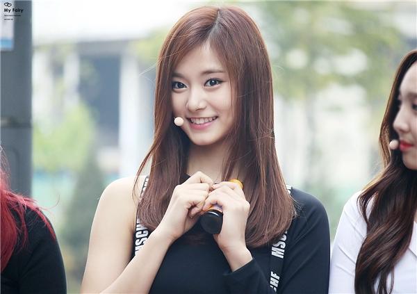 Hết Suzy, fan Tzuyu lại chê Jiyeon kém sắc