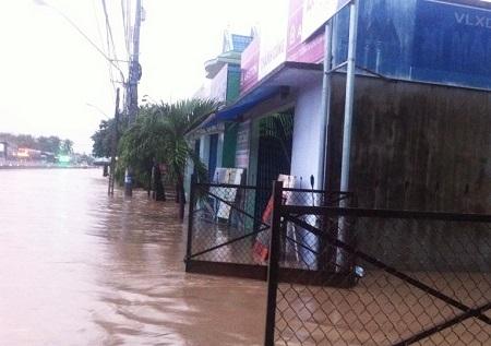 Mưa lớn gây ngập kinh hoàng ở Khánh Hòa. Ảnh: DT