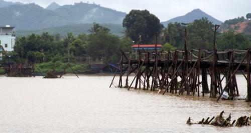Cầu bắc ngang sông Cái bị lũ cuốn trôi khiến người dân gặp khốn đốn trong việc đi lại