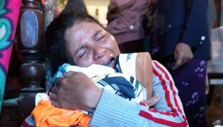 Hình ảnh đẫm nước mắt của một người mẹ khóc thương con tử vong trong mưa lũ. Ảnh: MH
