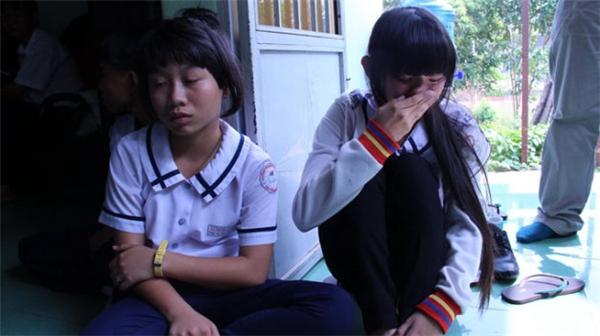 Các em học sinh đến trường trong mùa mưa lũ nên cẩn trọng đề phòng các trường hợp xấu xảy ra. Ảnh: Internet