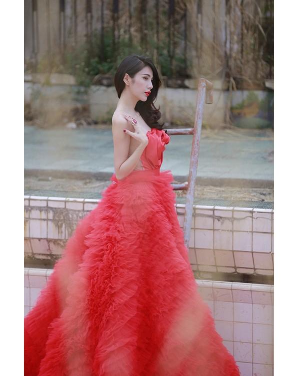 Trước đó, Thủy Tiên từng khiến người hâm mộ thích thú khi diện bộ váy đỏ có phần đuôi dài cầu kì chụp ảnh cưới.