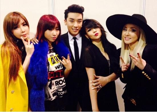 """Ngoài """"bố Yang"""", Big Bang chính là một trong những đàn anh giúp đỡ 2NE1 nhiều nhất từ khi nhóm bước chân vào làng giải trí. Các fan luôn mong chờ sản phẩm kết hợp của hai nhóm nhạc đình đám này."""