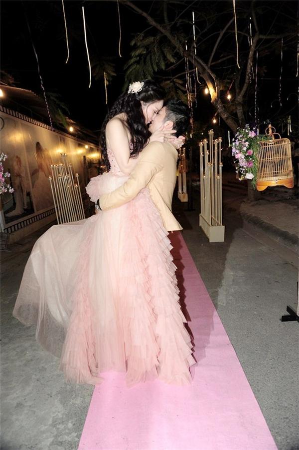 Trong tiệc cưới ở Cần Thơ và Vũng Tàu, nữ diễn viên Nhật Kim Anh chọn diện 5 mẫu váy cưới vô cùng lộng lẫy, bắt mắt với những gam màu nổi bật.