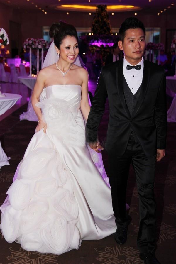 Họa tiết hoa hồng - biểu tượng kinh điển của tình yêu - là điểm nhấn khá thú vị trên váy cưới trong lần tái hôn của Jennifer Phạm.