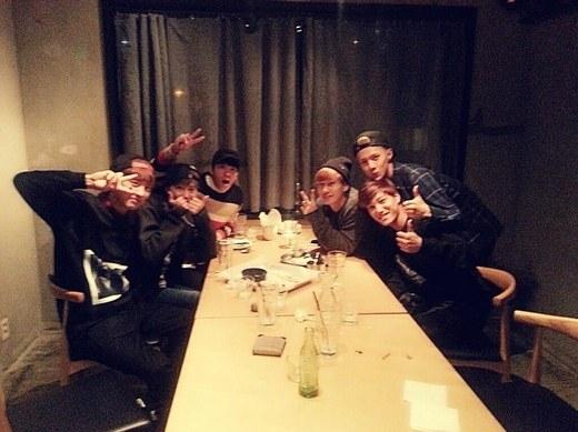 Các thành viên EXO và Super Junior chơi khá thân với nhau. Không chỉ gặp gỡ trênsân khấu SMTown concert, các mĩ nam còn tụ họp cùng nhau trong những bữa ăn tối ấm áp. Thậm chí, khi Donghae nhập ngũ, EXO cũng đến tiễn hay Kris và Suho từng bay sang tận Paris, Pháp để ủng hộ concert của đàn anh.