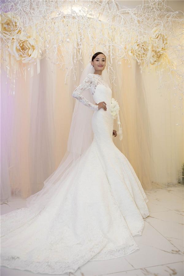 Hai mẫu váy cưới cổ điển của Lê Thúy được đích thân nhà thiết kế tài năng Đỗ Mạnh Cường dành tặng riêng cho cô.