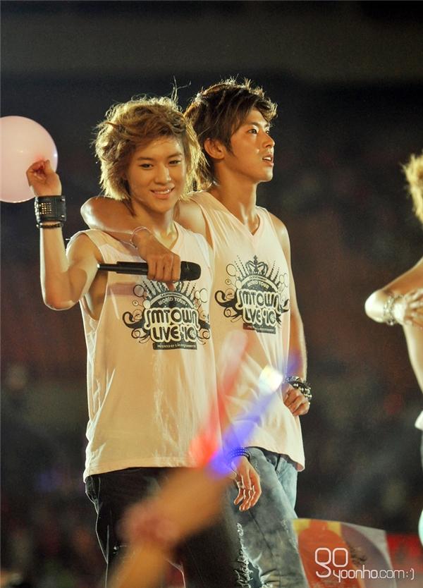 Trông DBSK như những người anh cả chăm sóc cho các em EXO và SHINee mỗi khi đứng cạnh nhau.