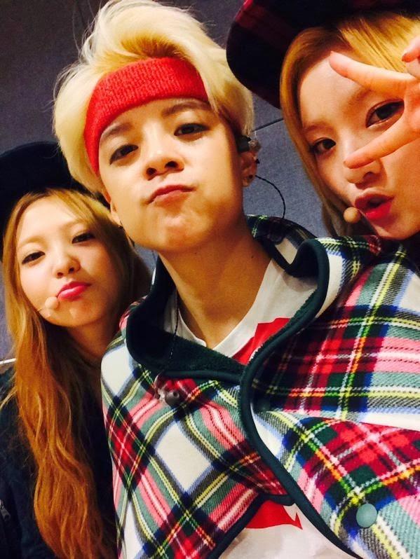 """Về phía nhóm nữ, Red Velvet vừa mới ra mắt nhưng đã """"được lòng"""" tiền bối SNSD và f(x). Các cô gái cũng thường xuyên đến ủng hộ các đêmdiễn của đàn chị."""